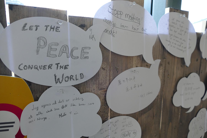 Mots des enfants accrochés au Centre Nobel de la Paix