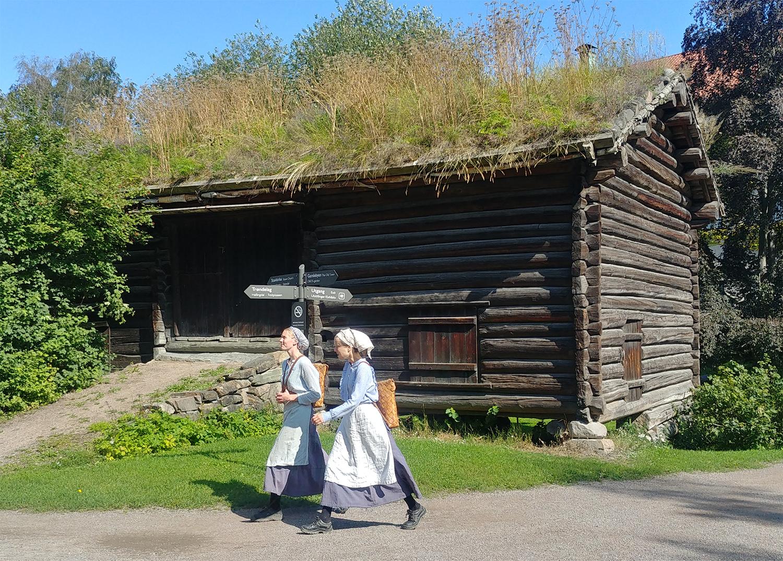 Femmes en bunad au Musée Folklorique Norvégien