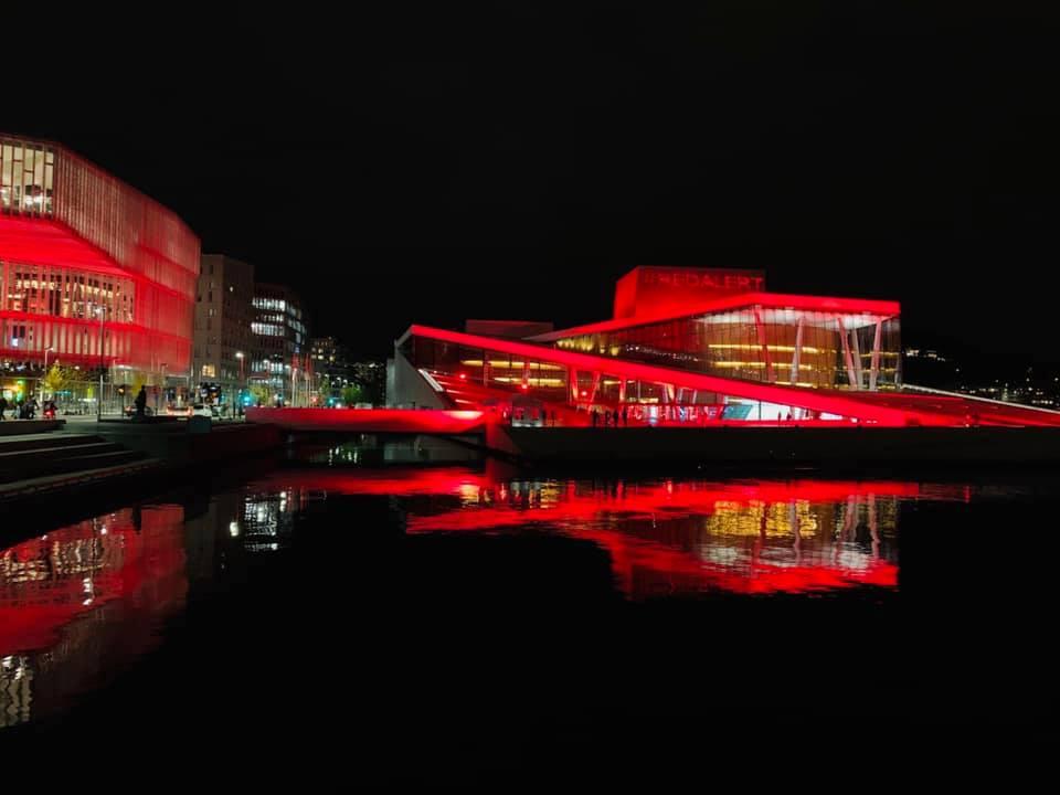Opéra d'Oslo en rouge