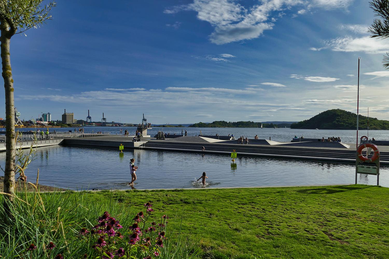 La piscine d'eau de mer de Sørenga tournée vers le fjord d'Oslo