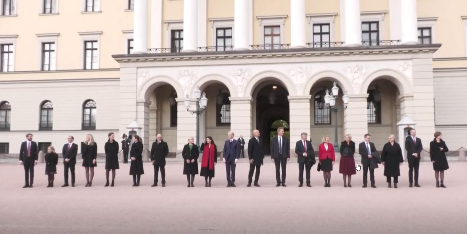 Nouveau Gouvernement de la Norvège devant le Palais Royal